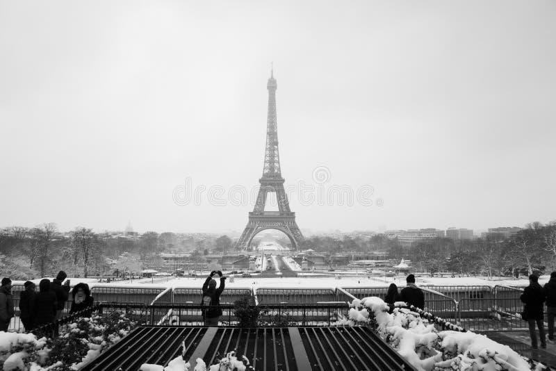 Snowday Trocadero en de wintertoeristen royalty-vrije stock foto