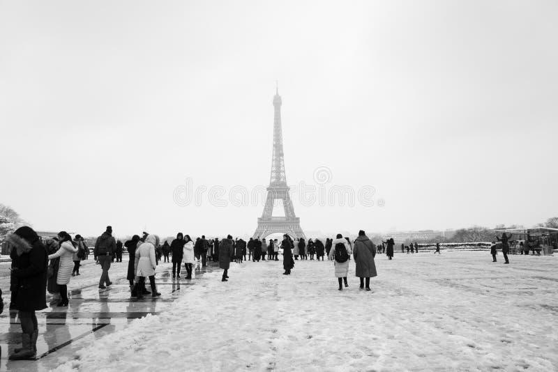 Snowday Trocadero en de wintertoeristen op de promenade stock fotografie