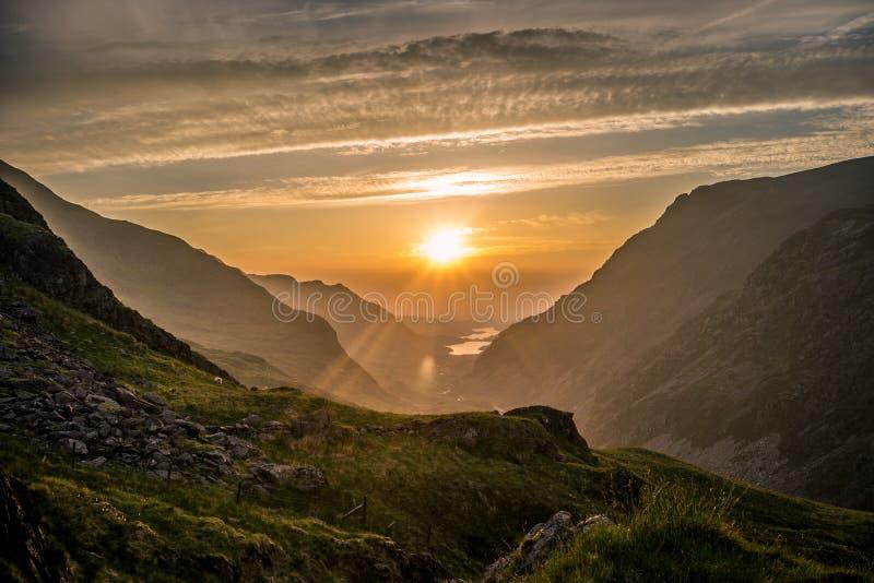 Snowdonia solnedgång royaltyfri bild