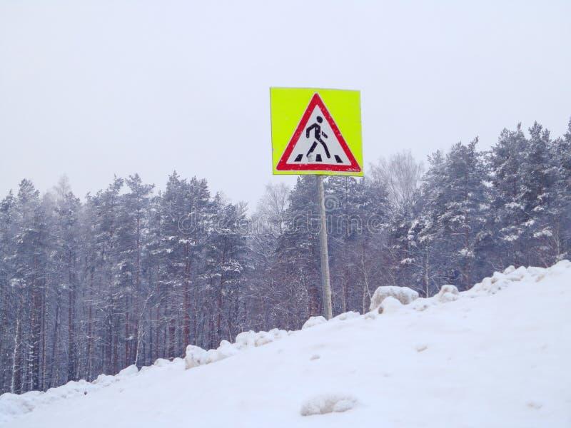Snowdrift και δρόμων σημάδι στοκ εικόνα
