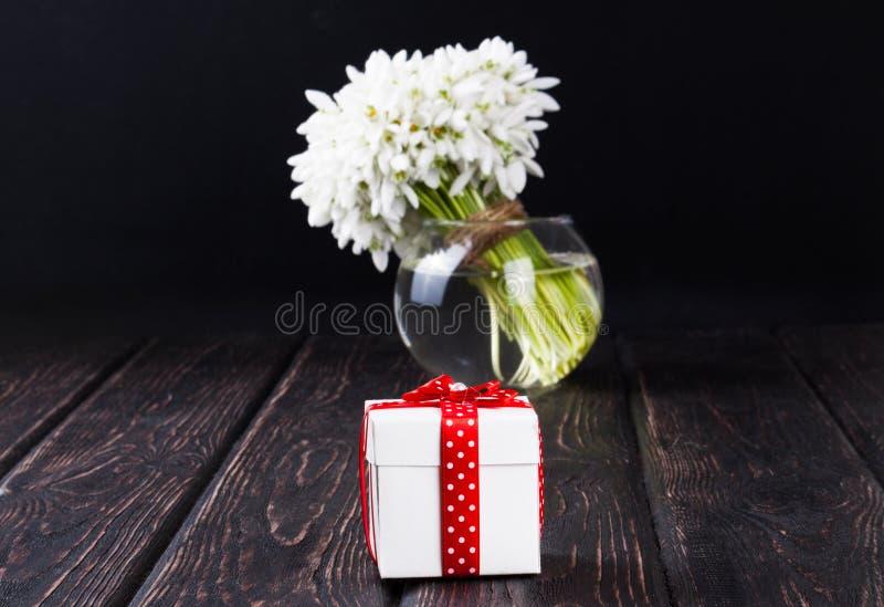 snowdrops花束在花瓶的 免版税库存图片