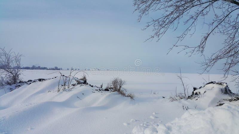 snowfield Het landschap van de winter De achtergrond van de winter Gebied met sneeuw en perspectief wordt behandeld dat In de de  royalty-vrije stock foto
