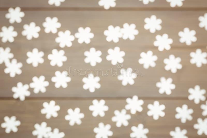 Snowflake διακόσμηση Χριστουγέννων που διασκορπίζεται στον ξύλινο πίνακα στοκ εικόνες
