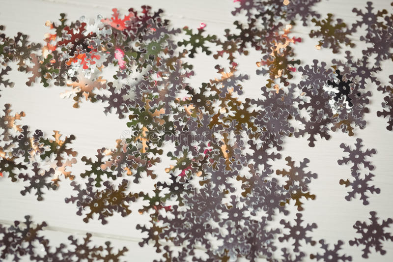 Snowflake διακόσμηση Χριστουγέννων που διασκορπίζεται στον ξύλινο πίνακα στοκ εικόνα