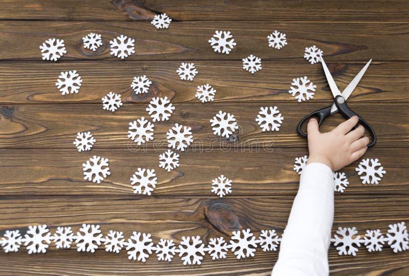 Snowflakes από αισθητός, ψαλίδι, χέρι σε ένα ξύλινο υπόβαθρο στοκ φωτογραφία με δικαίωμα ελεύθερης χρήσης