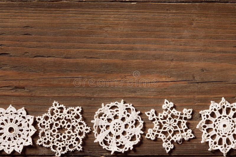 Snowflakes ξύλινο υπόβαθρο, νιφάδες χιονιού δαντελλών Χριστουγέννων, ξύλινες στοκ φωτογραφία