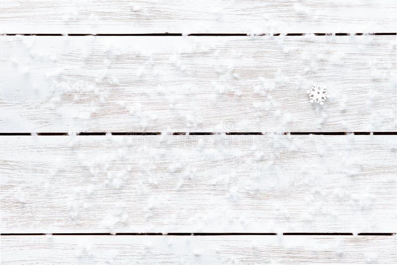 Snowflakes στο ξύλινο άσπρο κενό υπόβαθρο, κάρτα χειμερινών διακοπών καλής χρονιάς Χαρούμενα Χριστούγεννας, αντιγράφουν τη διαστη στοκ φωτογραφία