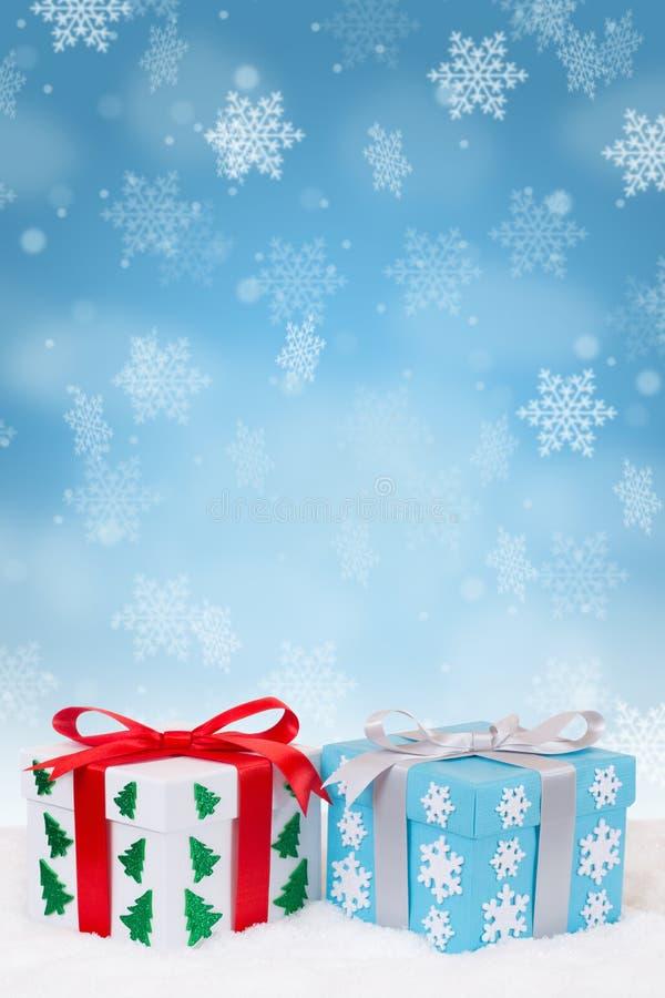 Snowflakes χιονιού διακοσμήσεων δώρων Χριστουγέννων χιονίζοντας διάστημα αντιγράφων σχήματος χειμερινού πορτρέτου copyspace απεικόνιση αποθεμάτων