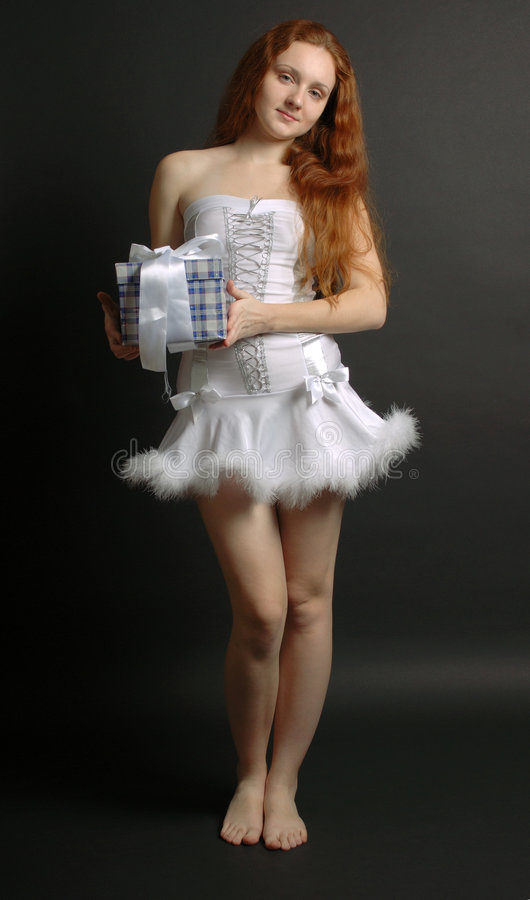 Snowgirl com o presente do Natal no fundo escuro imagens de stock