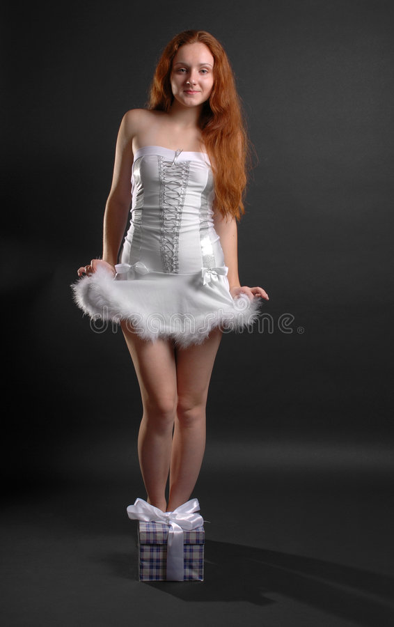 Snowgirl do presente do Natal no fundo escuro imagem de stock