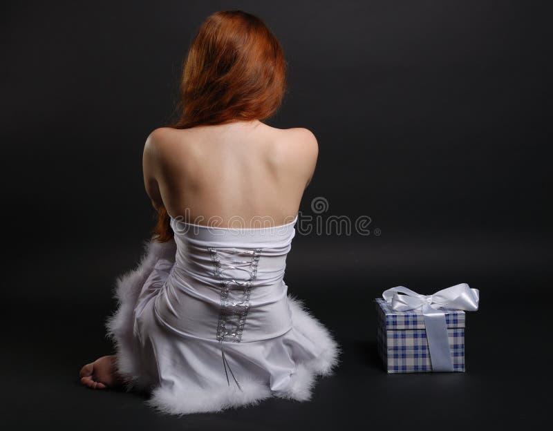 Snowgirl en een Kerstmisgift, achtermening stock afbeelding