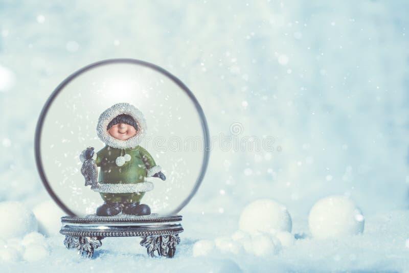 Snowglobe con eschimese nel fondo stagionale immagine stock libera da diritti