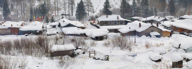 snowing village2 arkivfoto