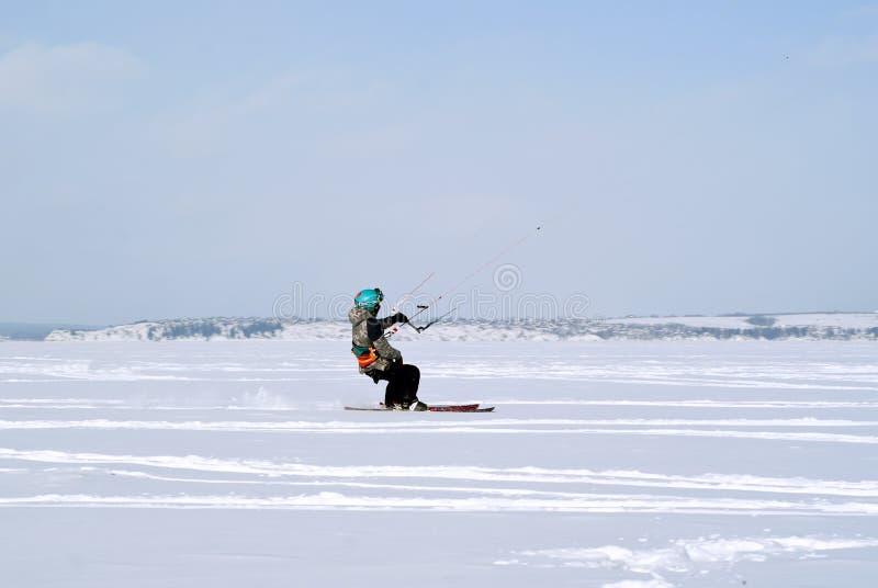 Snowkiter en el hielo del depósito de Kama fotos de archivo