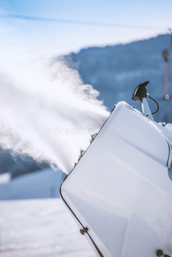 Snowmaker bespuitend water op een skihelling royalty-vrije stock afbeeldingen