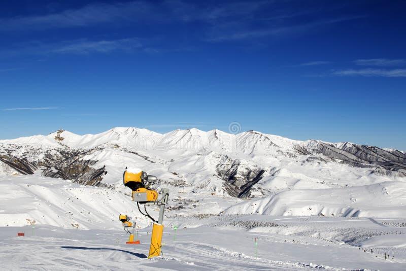 Snowmaking dans la pente de ski au jour du soleil photos stock