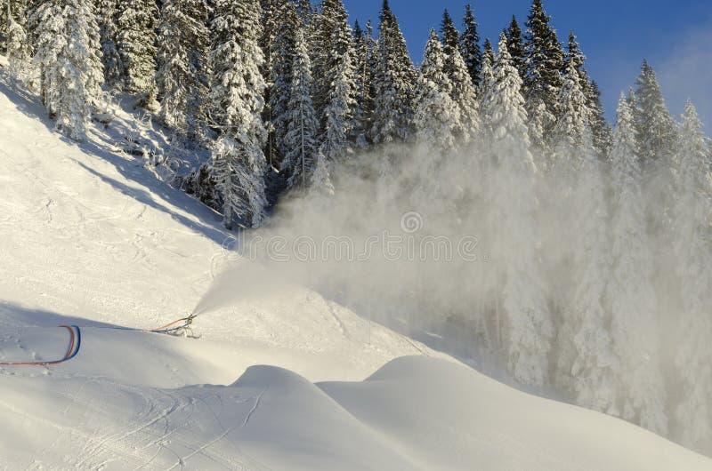 Snowmaking i skipist arkivbild