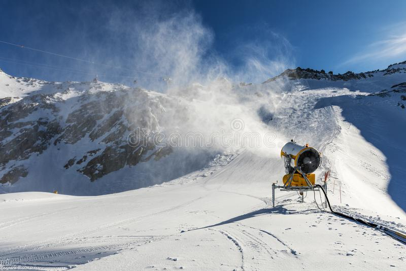 Snowmaking - sneeuwkanon die aan de helling werken royalty-vrije stock afbeeldingen