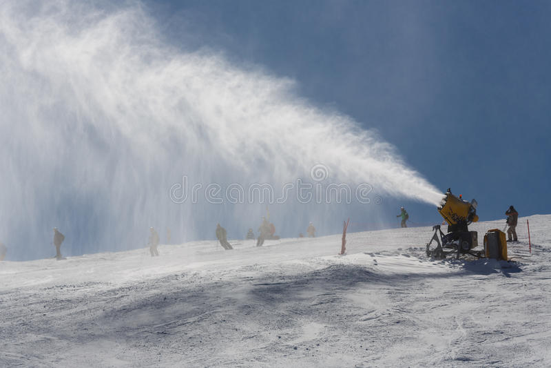 Snowmaking som besprutar snö arkivfoto