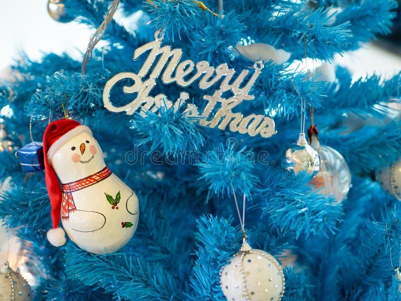 Snowman en de brief Zware Kerstmis over blauwe kerstboom stock foto's