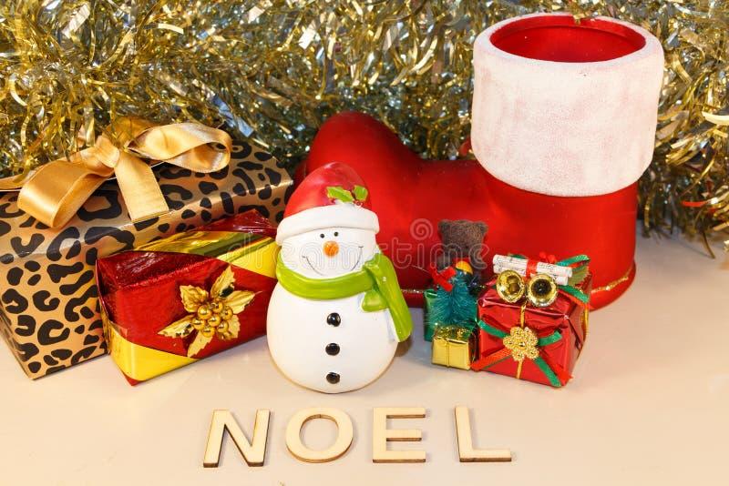 Snowman-Figuren und Geschenke lizenzfreie stockfotografie