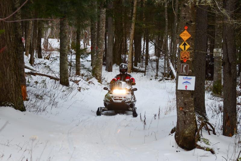 Snowmobile jazda na śladzie zdjęcie stock