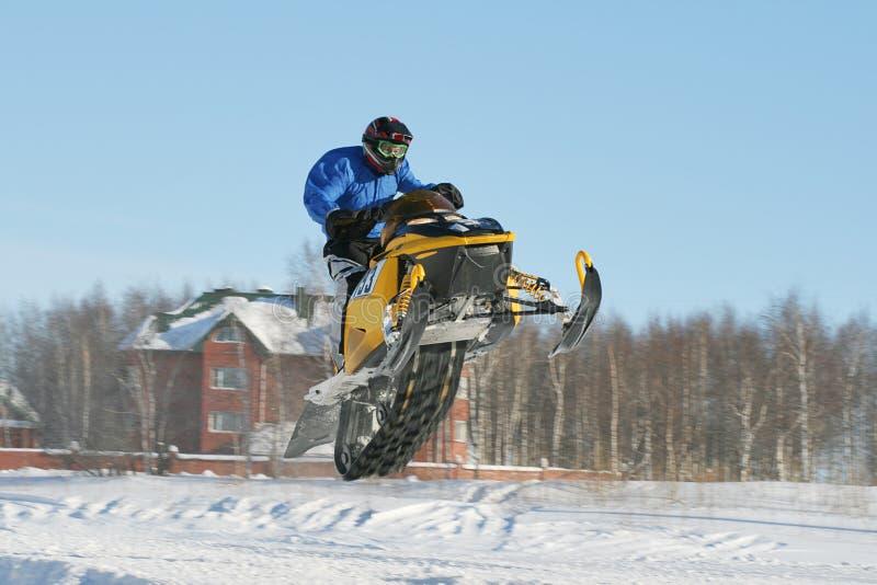Snowmobile-Laufen stockbild