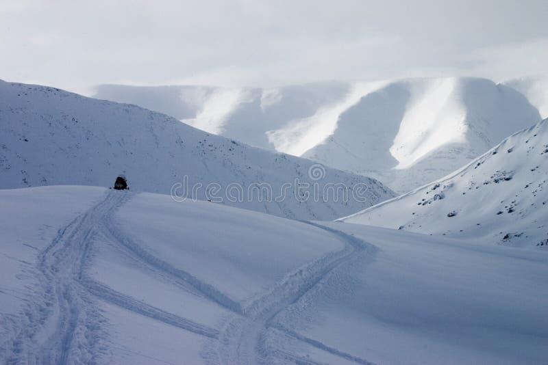 Snowmobile no auge da montanha fotografia de stock royalty free