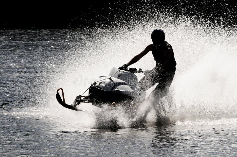 Snowmobile sur l'eau libre image libre de droits