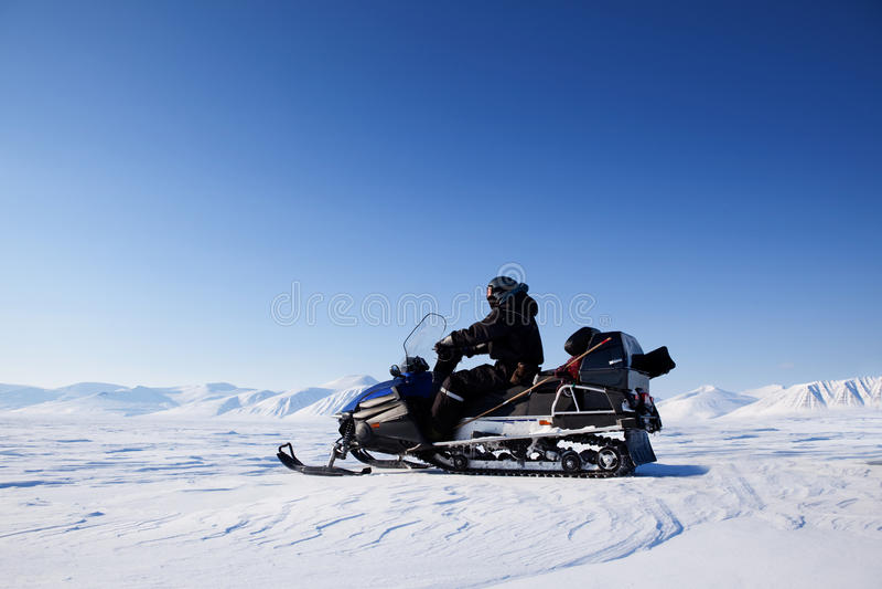 Snowmobile-Winter-Landschaft lizenzfreie stockfotos
