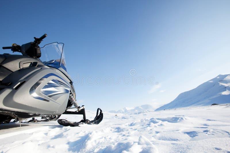 Snowmobile-Winter-Landschaft lizenzfreies stockfoto