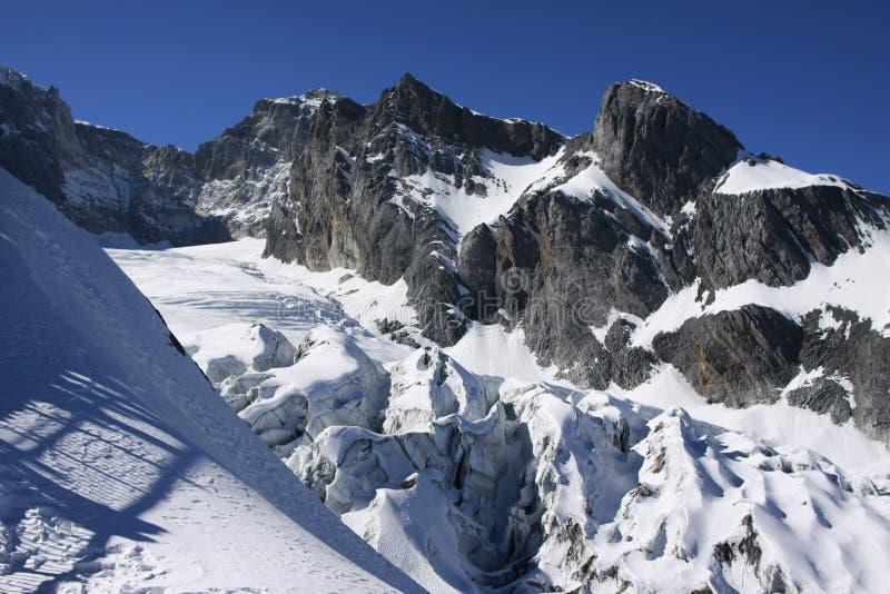 Snowmountain śnieżna góra pod niebieskim niebem obraz stock