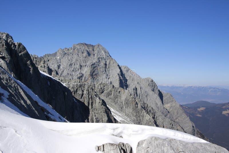 Snowmountain snöberg under blå himmel royaltyfria bilder