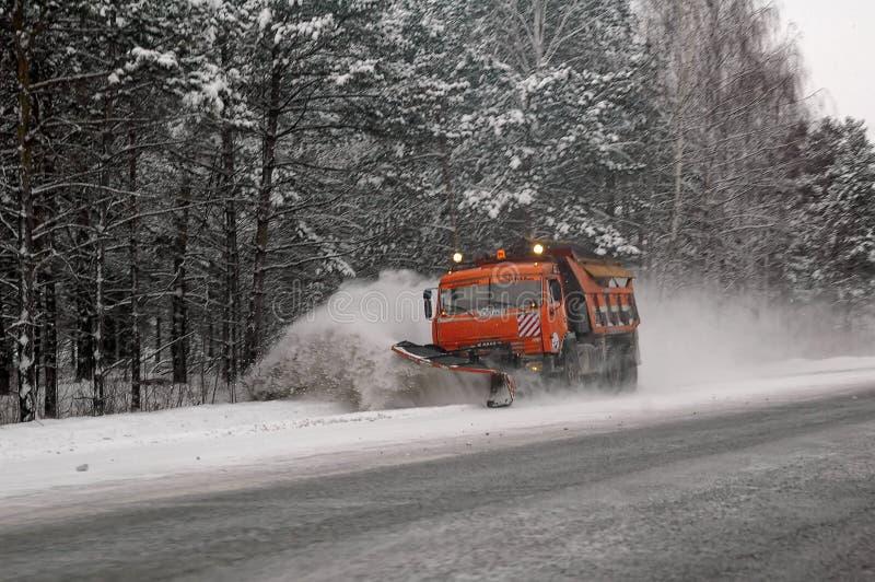 Snowplow που αφαιρεί το χιόνι από το intercity δρόμο στοκ φωτογραφία