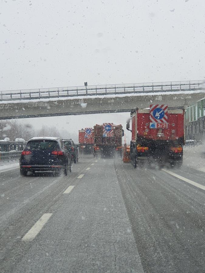 Snowplow στη δράση στην εθνική οδό στοκ φωτογραφία με δικαίωμα ελεύθερης χρήσης
