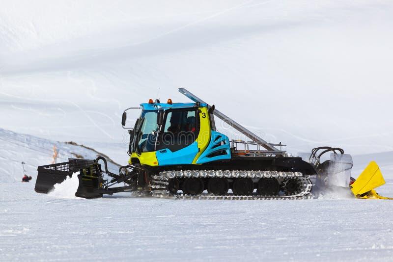 Snowplow στο χιονοδρομικό κέντρο βουνών - Ίνσμπρουκ Αυστρία στοκ εικόνα