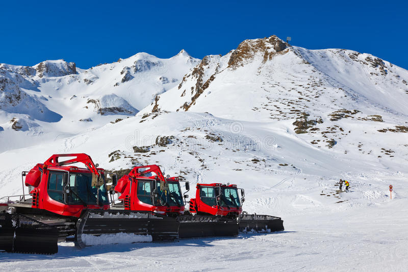 Snowplow en la estación de esquí de las montañas - Austria foto de archivo libre de regalías