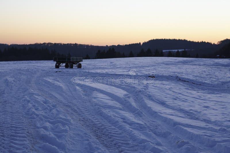 Snowscape con las marcas de resbalón en la nieve fotografía de archivo libre de regalías