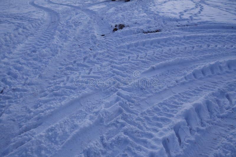 Snowscape con las marcas de resbalón en la nieve imágenes de archivo libres de regalías