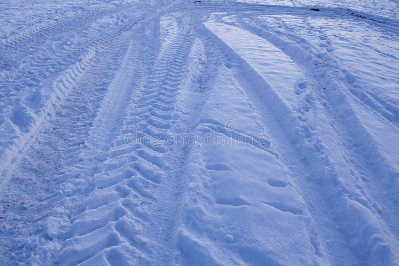 Snowscape con las marcas de resbalón en la nieve fotografía de archivo