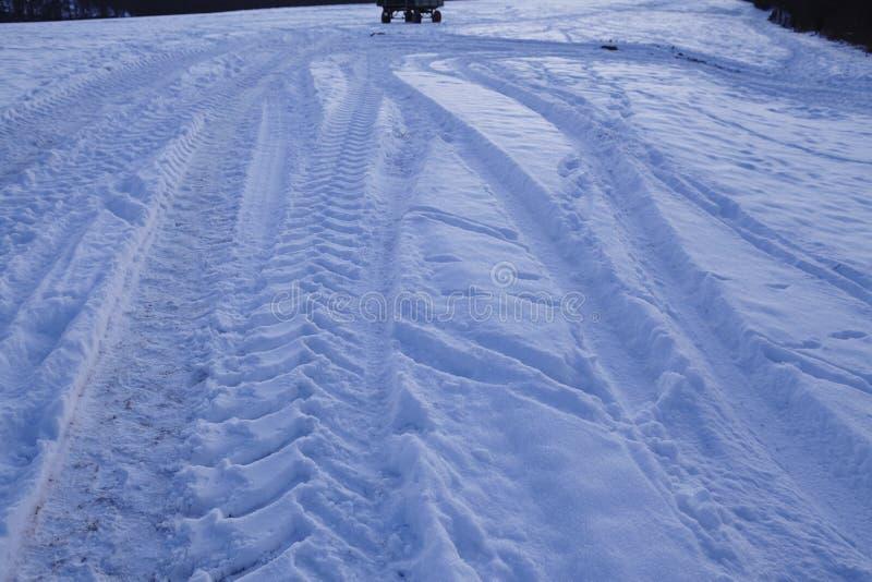 Snowscape con las marcas de resbalón en la nieve foto de archivo