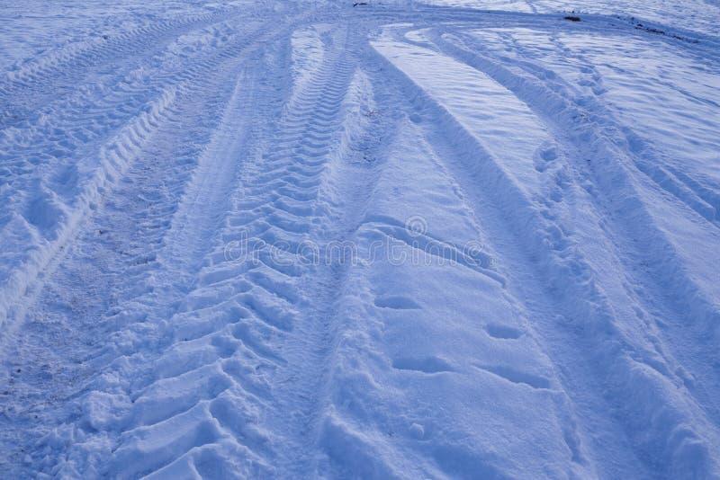 Snowscape con las marcas de resbalón en la nieve imagen de archivo libre de regalías