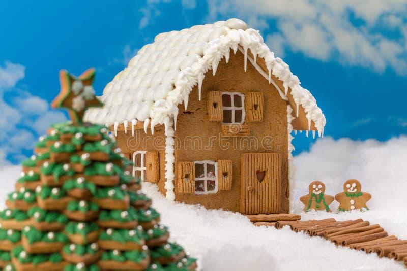 Snowscape de Noël avec la maison de biscuit image stock
