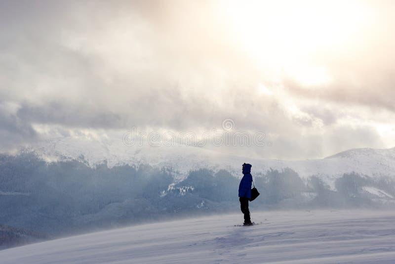 Snowshoe piechura bieg w prochowym śniegu z pięknym wschodu słońca światłem Plenerowa zimy aktywność i zdrowy styl życia obraz royalty free