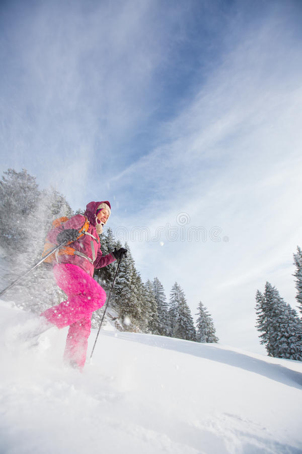 snowshoeing在高山的少妇 图库摄影