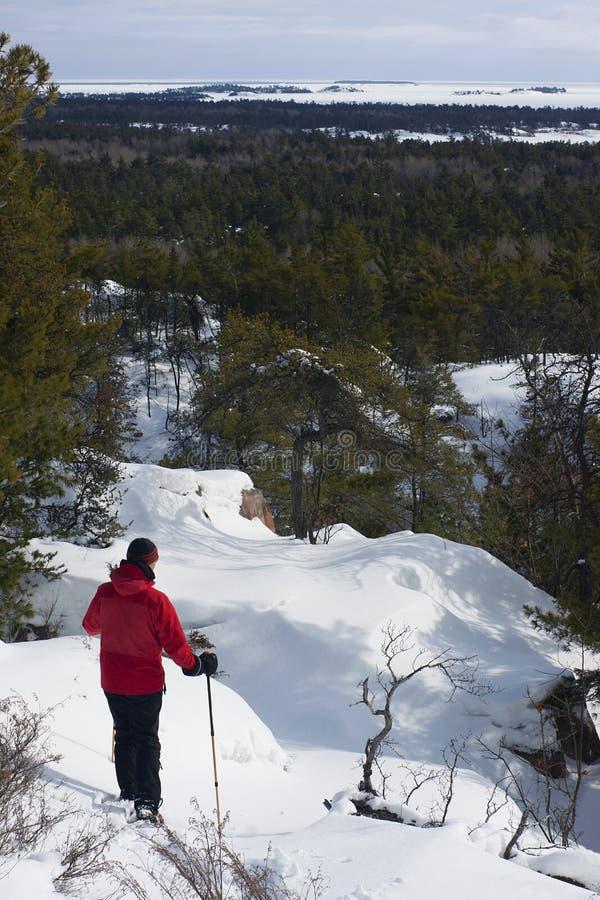 Snowshoeing in het Provinciale Park van Killarney, Ontario royalty-vrije stock foto's