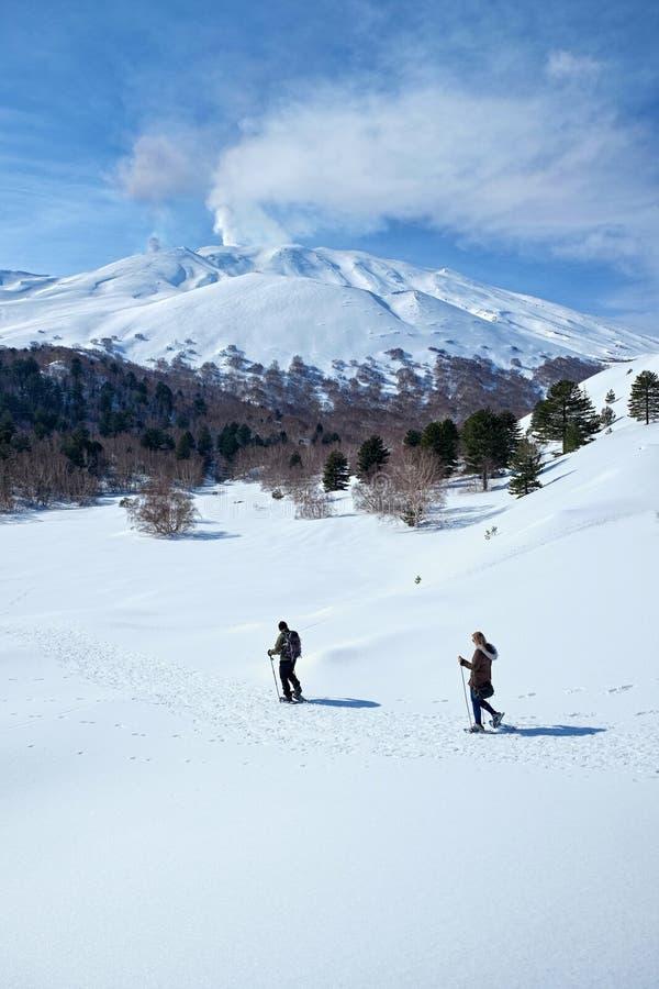 Snowshoeing i vintern Etna Park, Sicilien royaltyfri bild