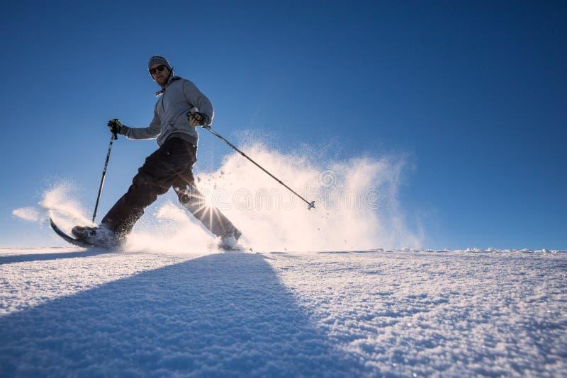 Snowshoeing im frischen Schnee im Schwarzwald, Deutschland stockfotos