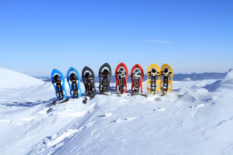 snowshoeing Raquettes dans la neige photos stock