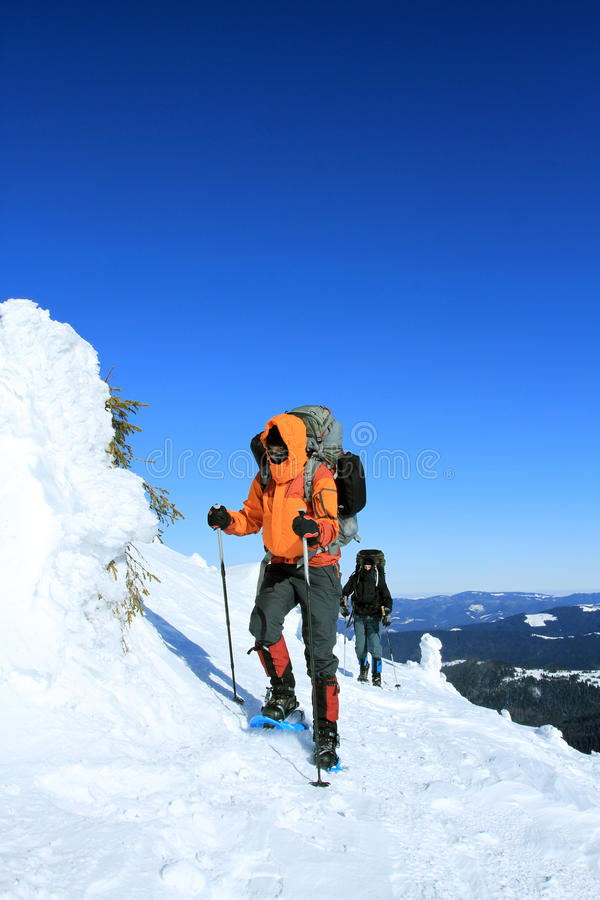 snowshoeing Raquettes dans la neige photos libres de droits